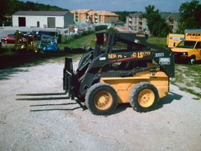 SKID STEER – NEW HOLLAND LS170 WITH FORKS