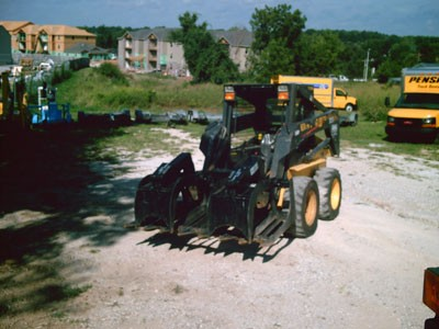 SKID STEER – NEW HOLLAND WITH GRAPPLE BUCKET